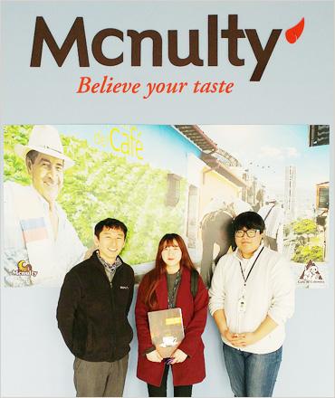 한국맥널티 회사 로비에서 한 컷